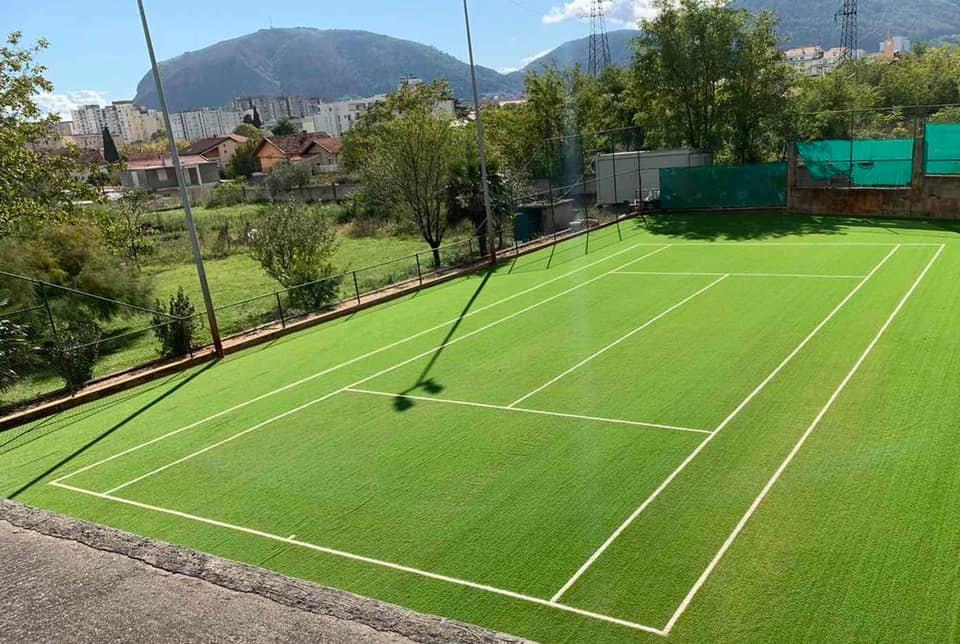 Teniski teren, sa vještačkom travom. Mostar